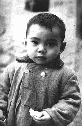 兒時的我很可愛吧,看不出我是頑劣得經常被父母親責打