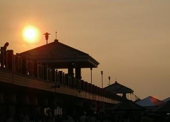 黃昏日落下的漁人碼頭長廊