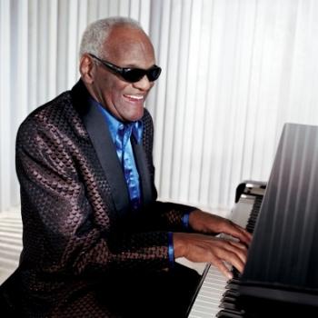 Ray Charles Robinson,美國五、六十年代著名失明黑人歌手。
