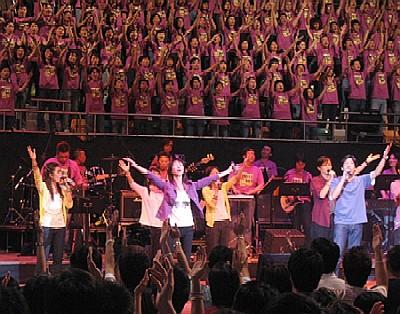 「ACM 拉闊敬拜 Crossover」音樂會的現場實況,背後是大型詩班。(照片借用自《基督新報》)